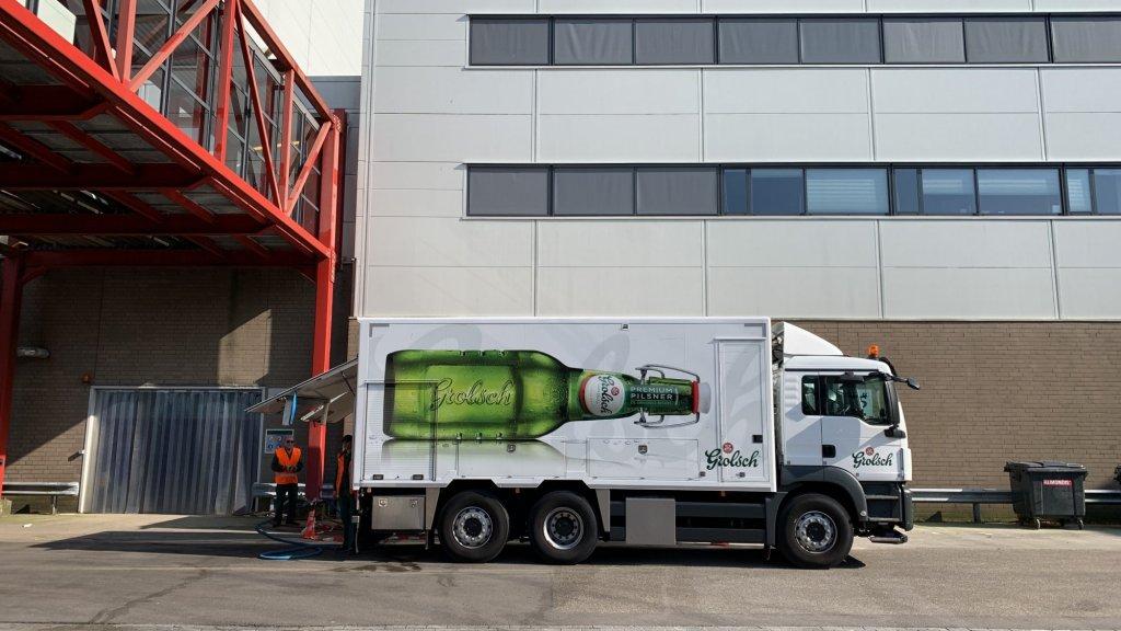 Hier wordt het ongebruikte 'Preston Palace'-bier overgeheveld aan Van Triest Veevoeders.