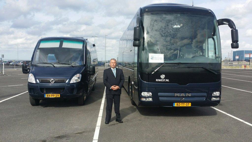 Fred Wolfs met zijn bussen.