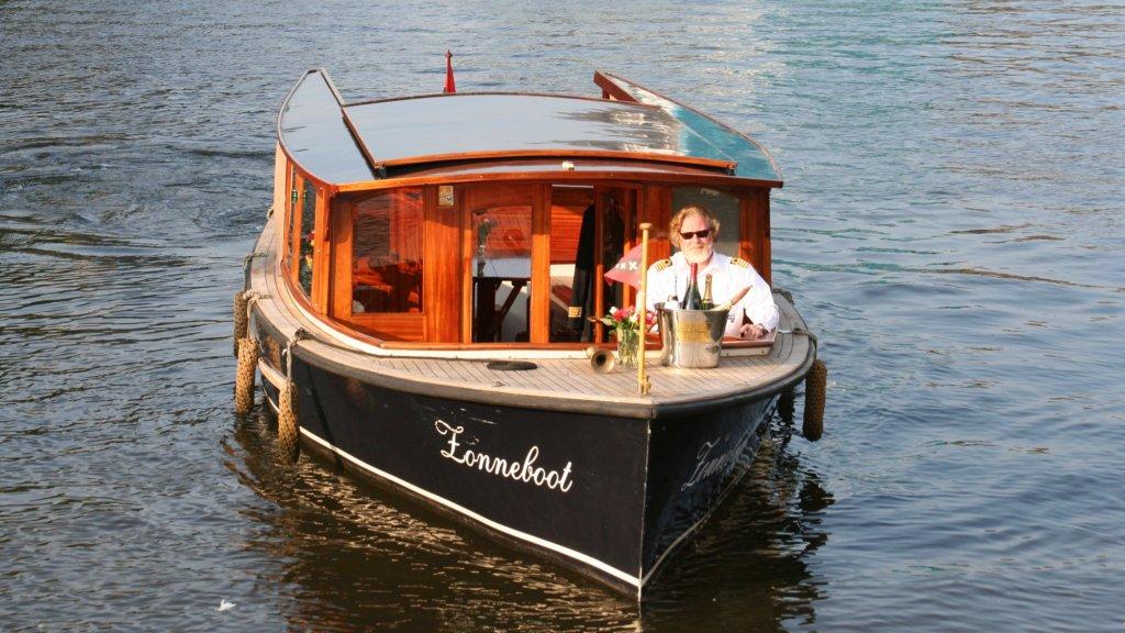 Schipper Frans Heijn op een van zijn passagiersboten.