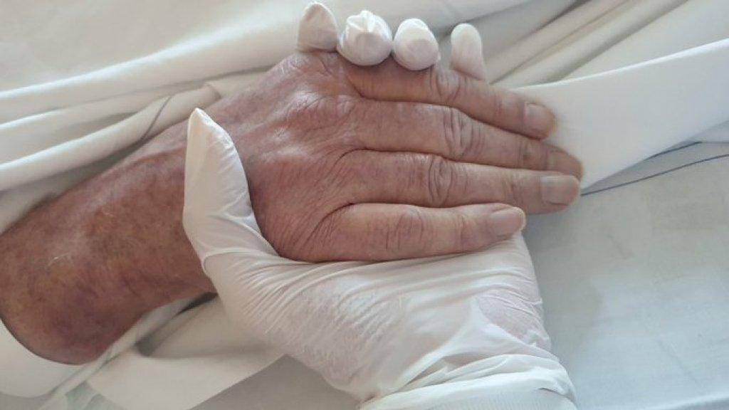 Sigrid houdt de hand van haar vader vast.