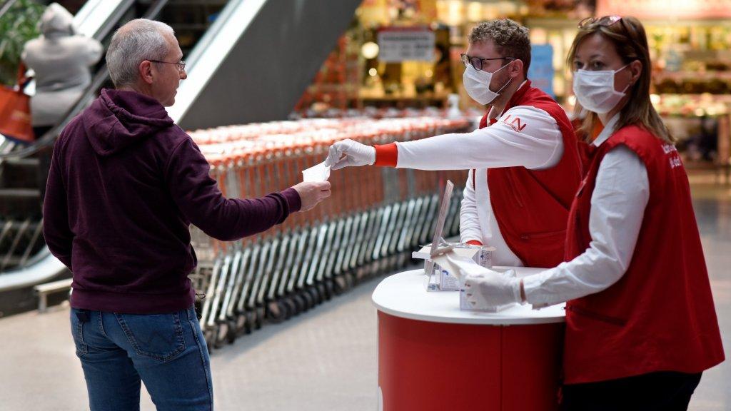 In Oostenrijk moeten klanten van supermarkten sinds deze maand verplicht een mondkapje dragen.