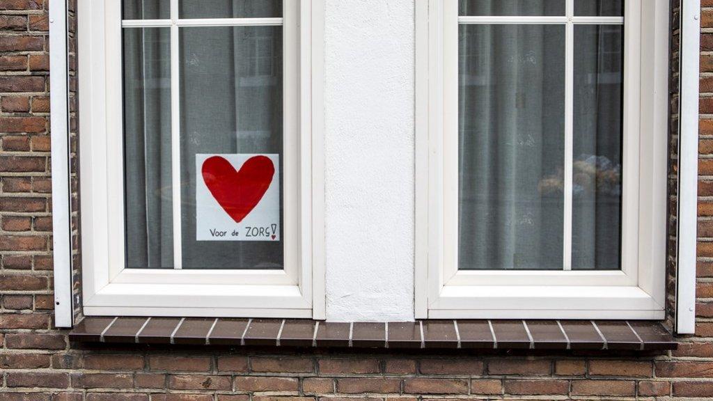 De actie 'Hart voor de zorg' is ook in de ramen van Nijmegen zichtbaar.