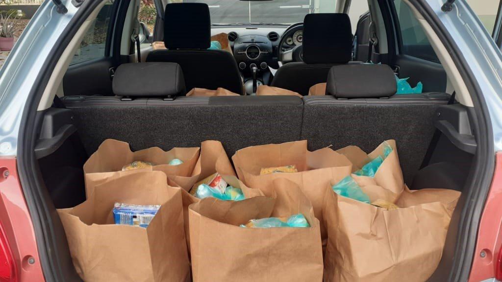 De voedselpakketten die bij arme mensen worden bezorgd.
