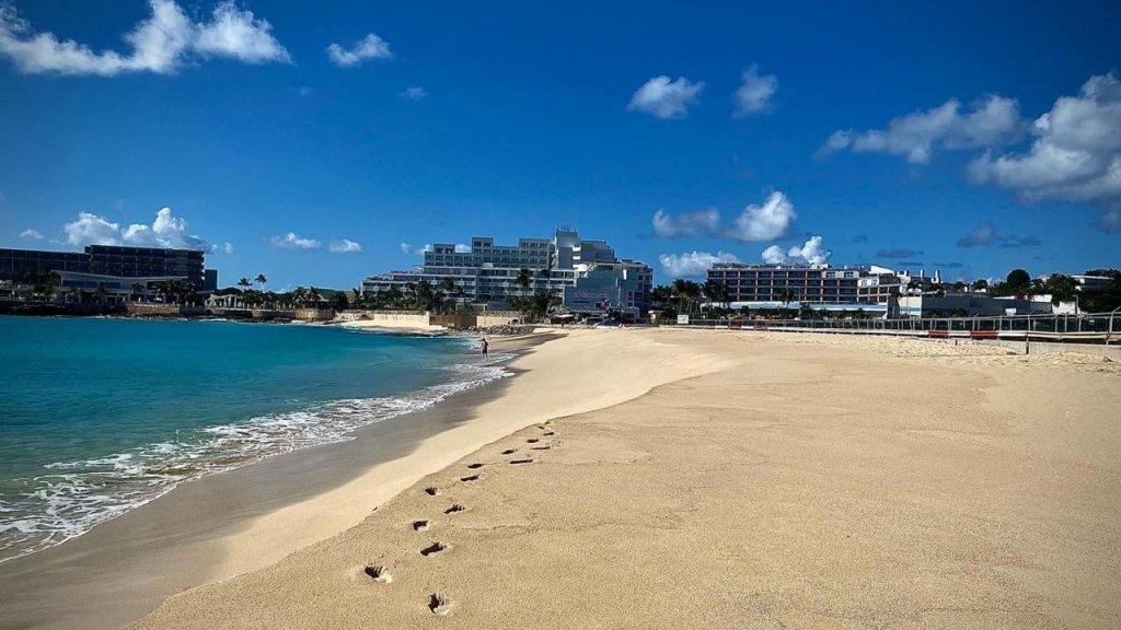Maho Beach, het normaal zo drukke strand bekend van de laagvliegende vliegtuigen.