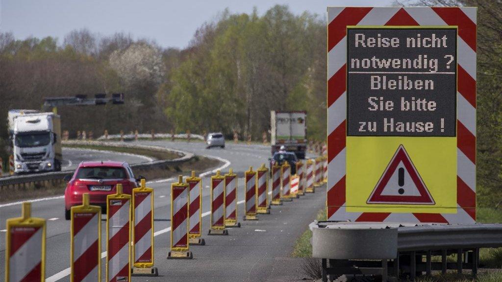 Via waarschuwingsborden wordt aan Duitsers opgeroepen om thuis te blijven.
