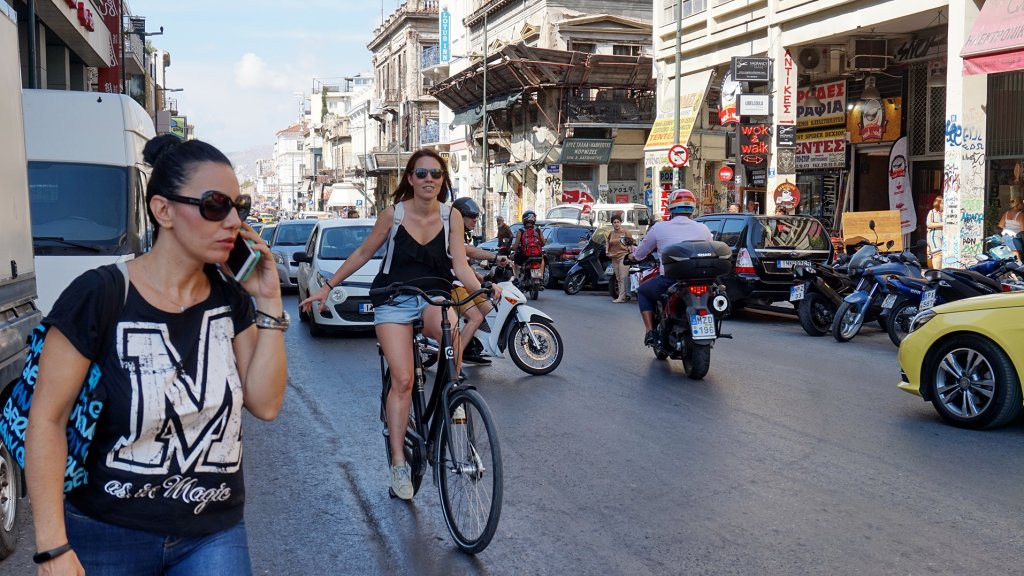Monique van Hulst op de fiets in Athene.