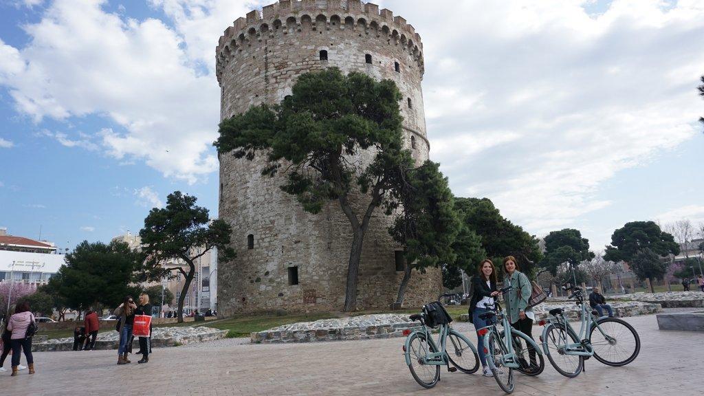 Van Hulst en haar collega Mirjam in Thessaloniki.