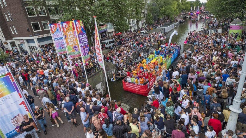 De Canal Parade door de Amsterdamse grachten.