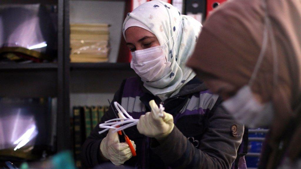 Vrouwen in Idlib maken mondkapjes.