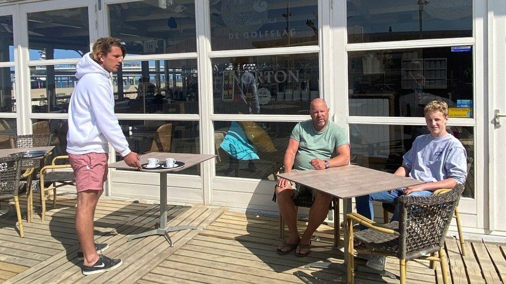 Triep heeft speciale serveertafels in zijn strandtent, waarop de bedieners de drankjes kunnen zetten.