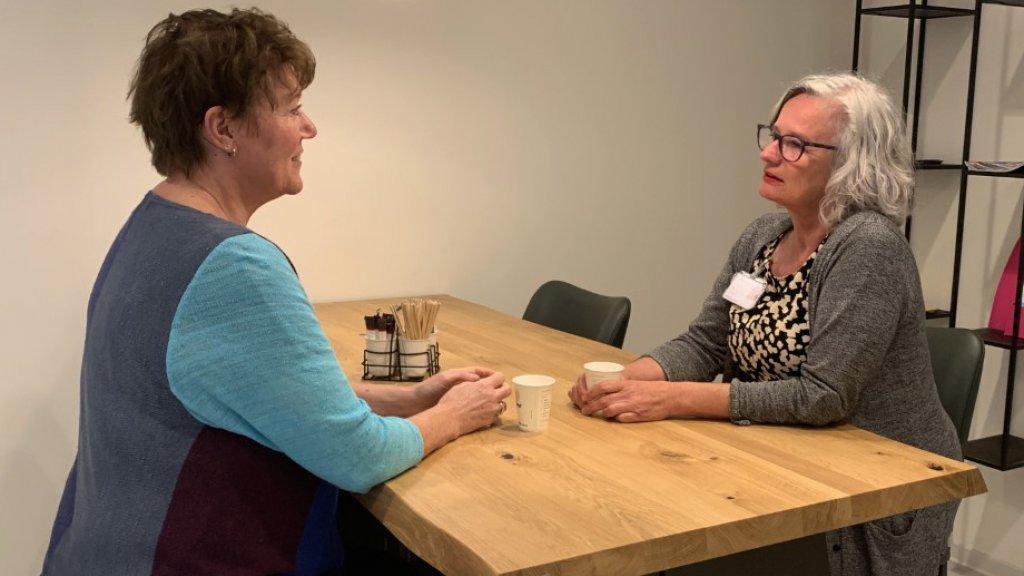 Esther in gesprek met een collega