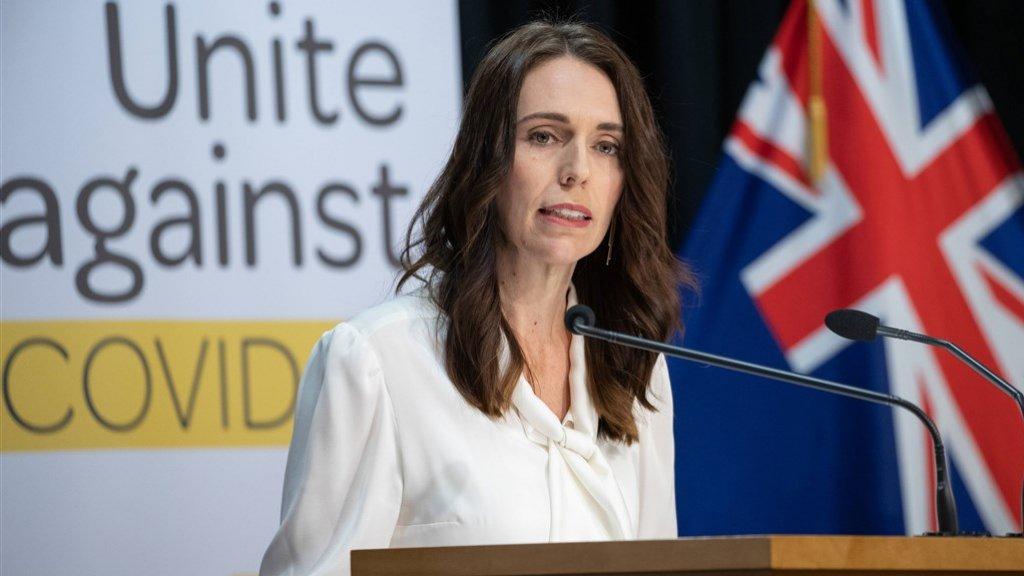 De premier vraagt Nieuw-Zeelanders een dagboek bij te houden: wie zie je allemaal op een dag? Zo kan een nieuwe uitbraak in de kiem worden gesmoord.