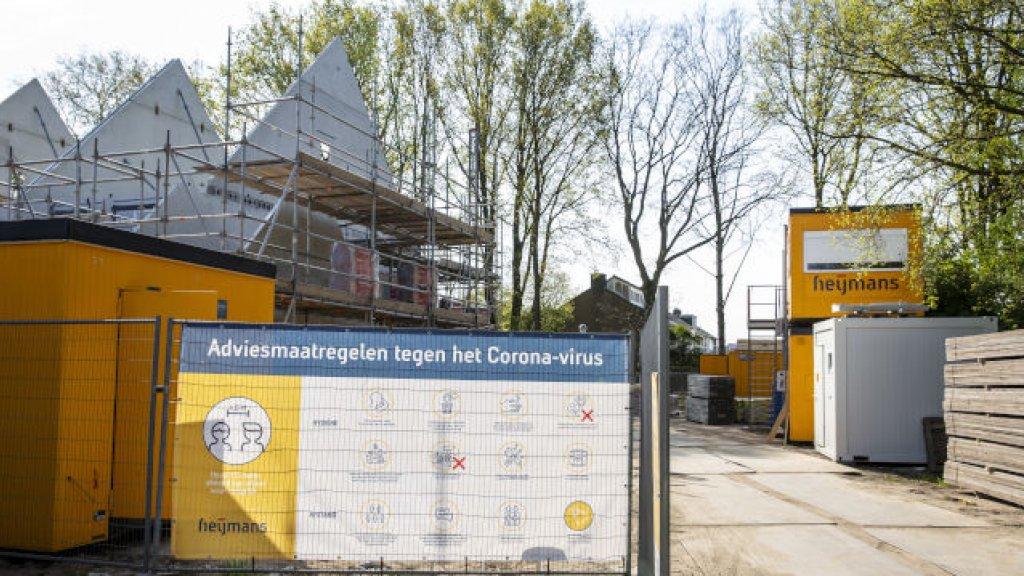 Speciale bouwhekdoeken voor het coronavirus bij een bouwplaats van Heijmans.