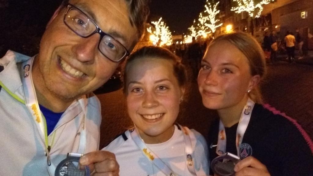 Trotse lopers laten hun medaille zien van de Leiden Nightrun (5 kilometer) van 2019.