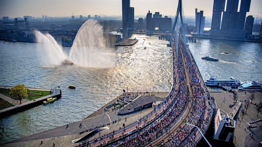 Lopers gaan over de Erasmusbrug, na de start van de Marathon Rotterdam in 2019.