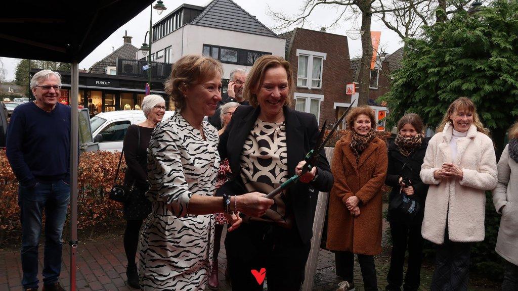 Zussen Gabriëlle (links) en Yvonne Peek (rechts) openden in februari hun kledingwinkel, net voordat de coronacrisis uitbrak.