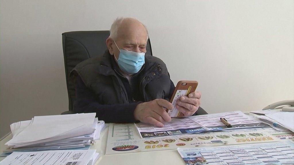 Christian Chenay aan het beeldbellen met een patiënt.