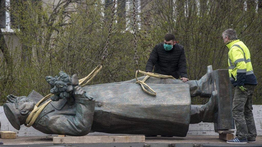 Het standbeeld van Konev wordt van z'n sokkel gehaald.