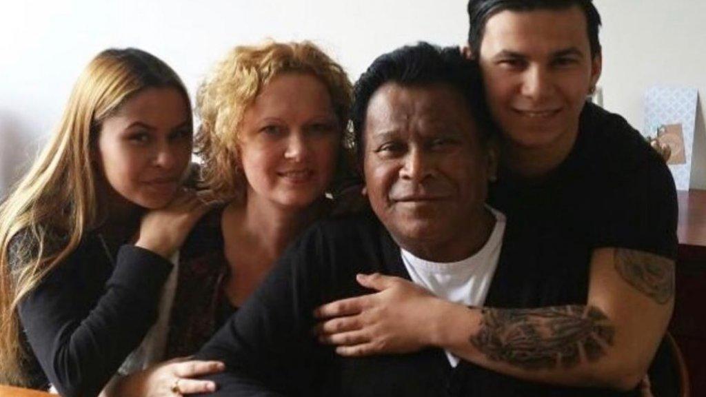 Nicole met haar man Walter en hun kinderen Celine (l) en Damian (r).