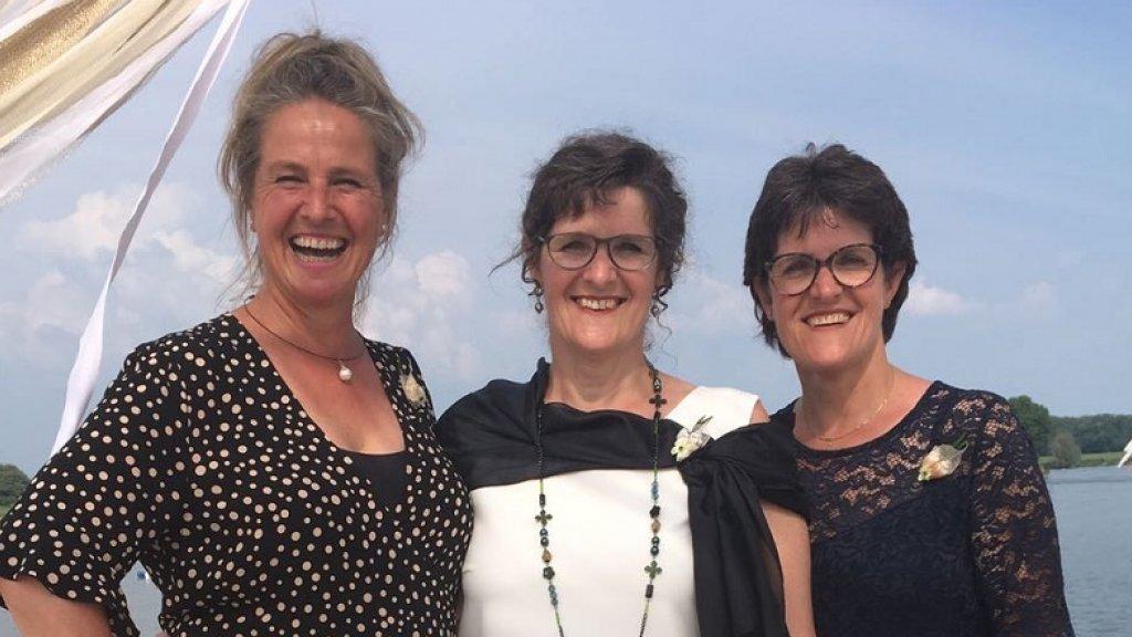 Jolande (rechts) met haar zus en tweelingzus (een eeneiige tweeling)