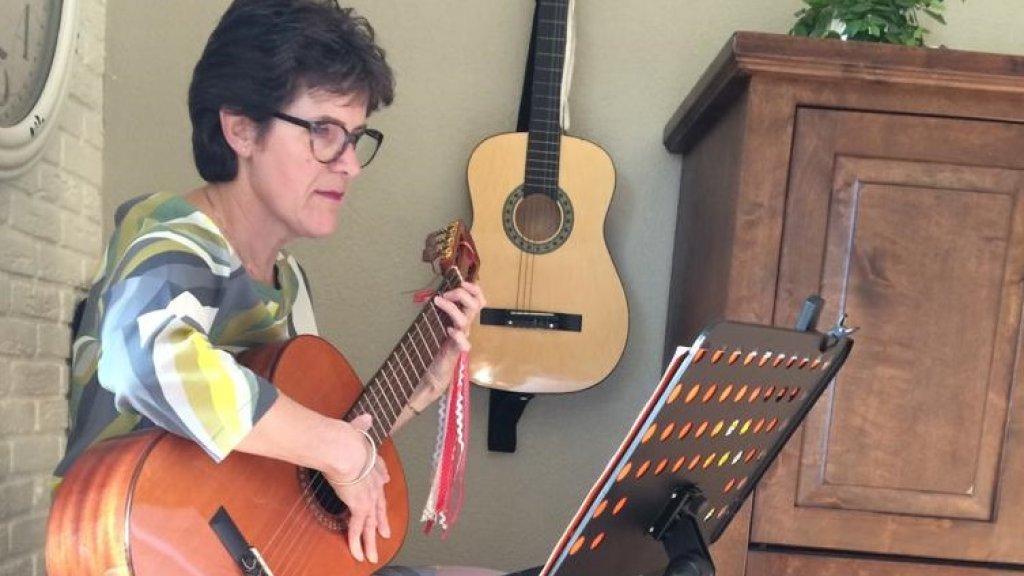Jolande was met gitaarles begonnen.