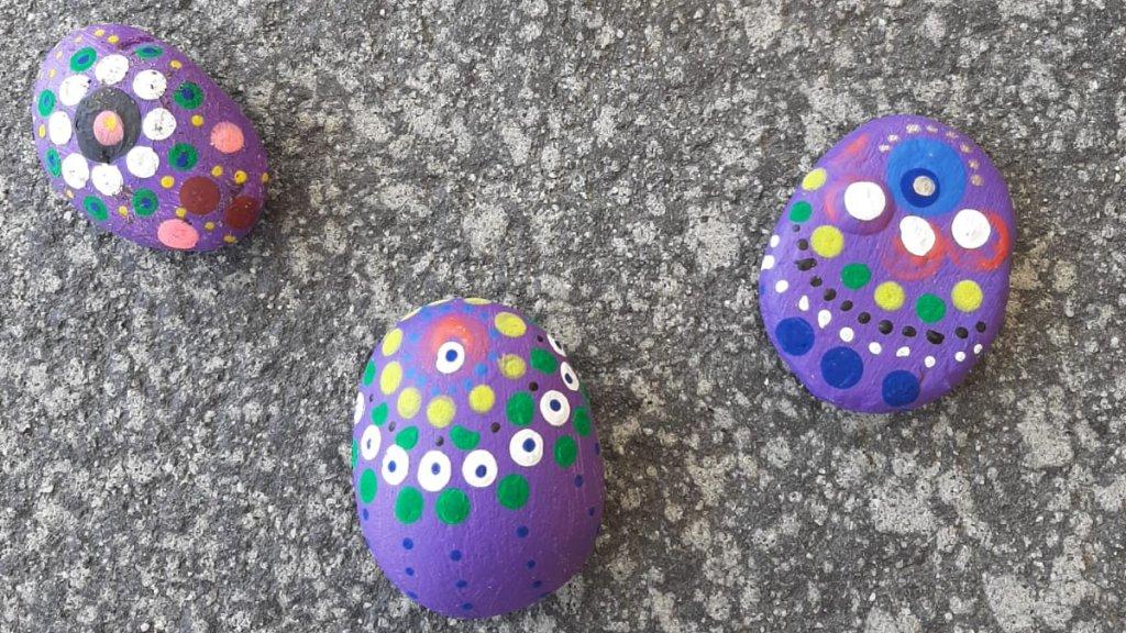 Juf Janneke legt uit hoe je stenen beschildert