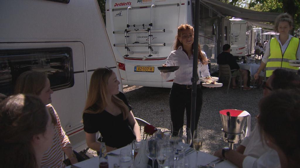 Gasten voor hun camper bij restaurant Vlaar in 's-Graveland.