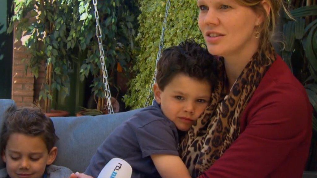 Tessa Willems met haar twee kinderen die vanaf vandaag weer naar school gaan.