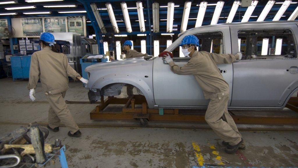 Medewerkers van Ford in de fabriek aan het werk.