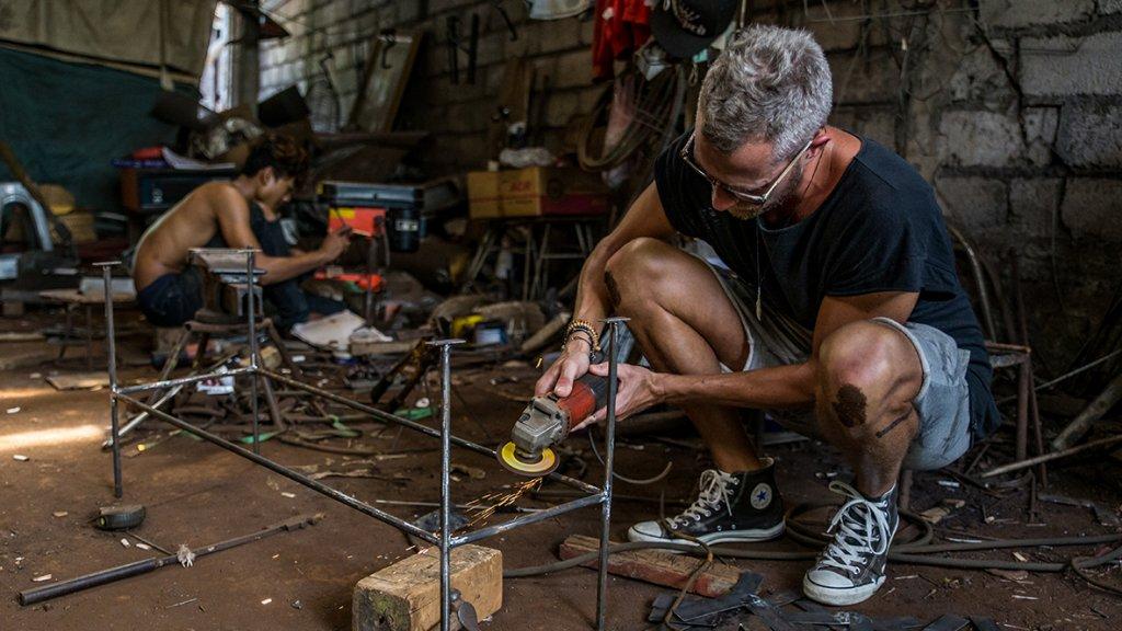 """""""Aan het werk met lokale vakmensen in de tijd dat we het boek Bali Backyard Building maakten."""""""