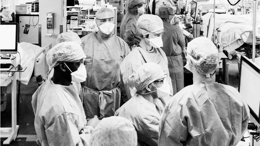 """""""Tijdens de overdracht wordt informatie over de patiënt, het verloop van zijn of haar opname en bijzonderheden van de afgelopen diensten vertelt aan de collega's van de volgende dienst."""""""