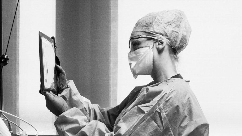 """""""Een collega belt met de familie van haar patiënt via een videoverbinding, zo kan de familie toch dichtbij zijn in een tijd waar fysiek bezoek even niet mogelijk is."""""""