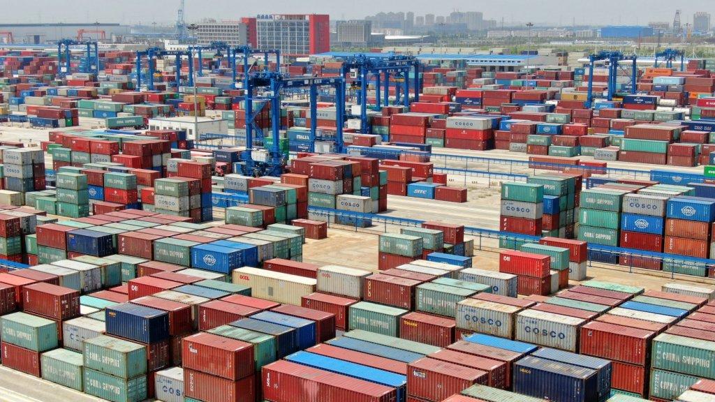 Een verminderde vraag naar spullen en fabrieken die stil kwamen te liggen zorgden voor minder transport.