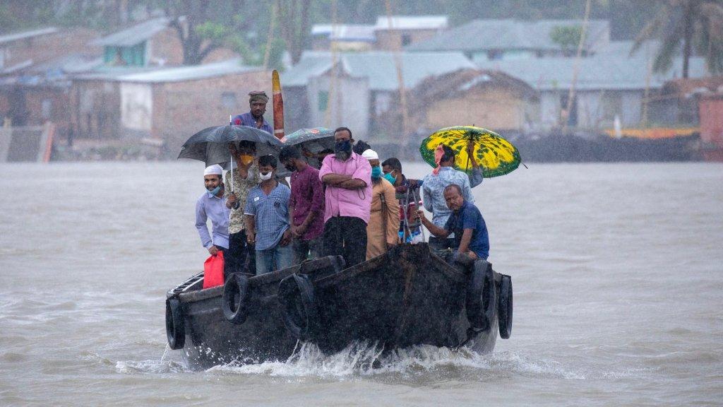 Inwoners van Bangladesh worden uit voorzorg geëvacueerd. Ook daar zorgde orkaan Amphan voor flinke schade.