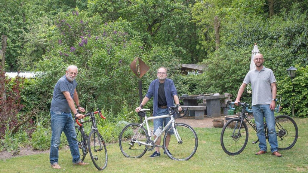 Oscar (midden) en zijn fietsmaatjes Jan en Mike.
