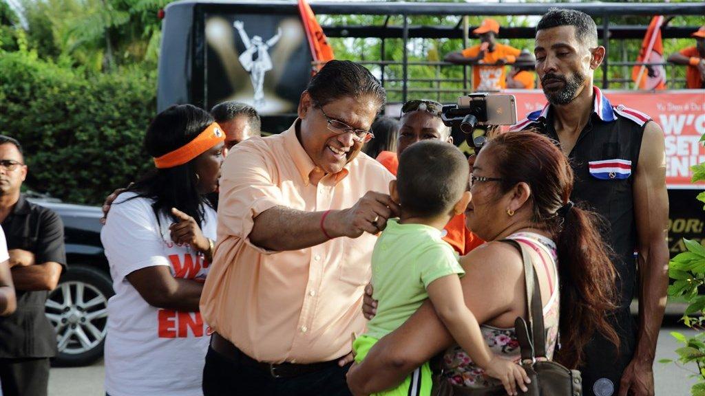 Voorzitter Chan Santokhi van de VHP, de grootste grootste oppositiepartij in Suriname, tijdens een campagne.