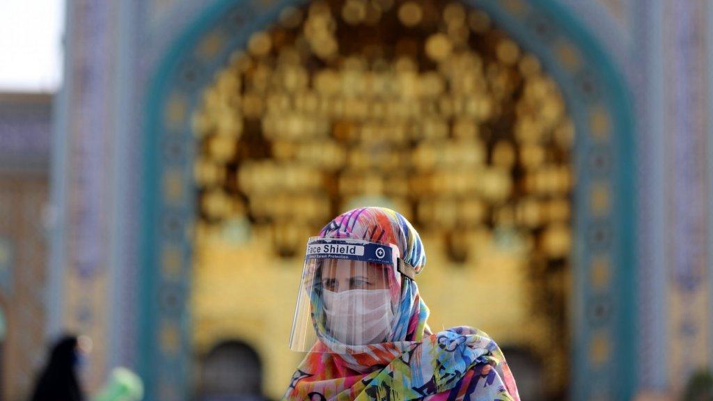 Een vrouw in Iran draagt een masker om zichzelf te beschermen tegen het coronavirus.