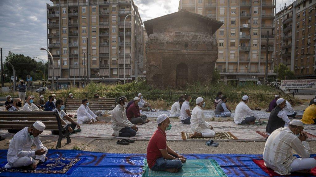 Door ruimtetekort in de moskee doen deze moslims hun gebed buiten in Rome.