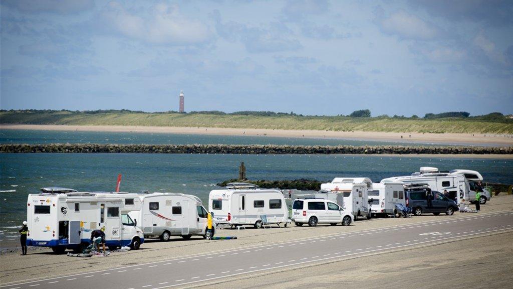 Duitse campers aan de Brouwersdam in Zeeland.