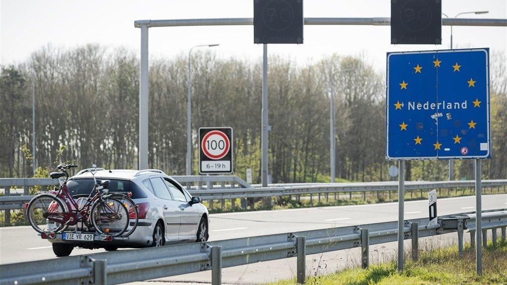 Duitse auto rijdt Nederland binnen.