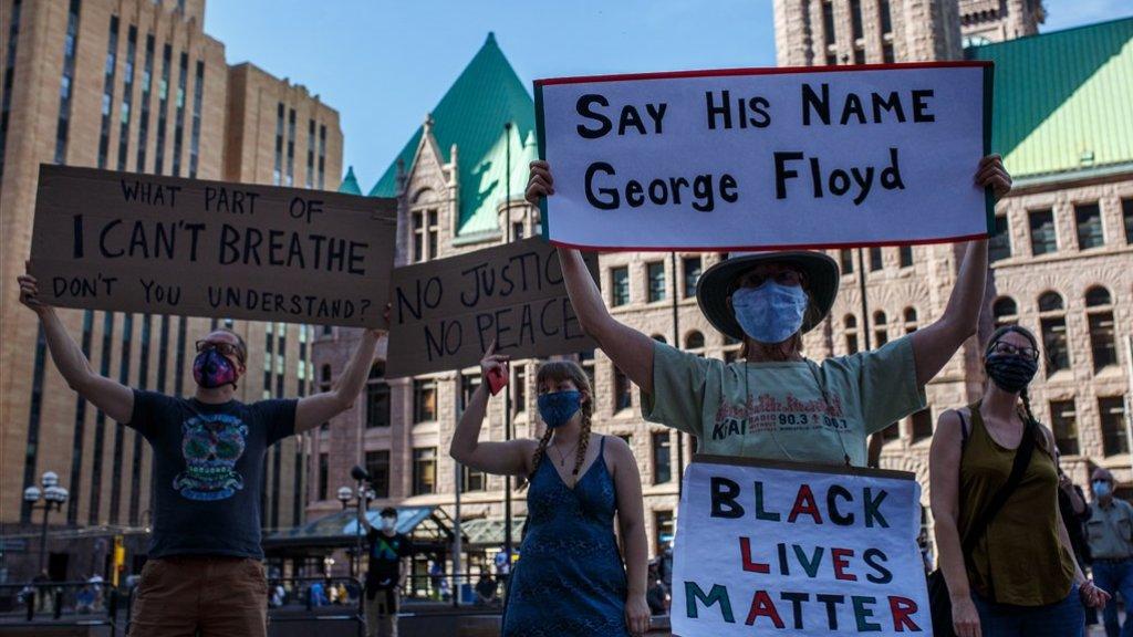 In Minneapolis, maar ook in vele andere steden wordt er gedemonstreerd.