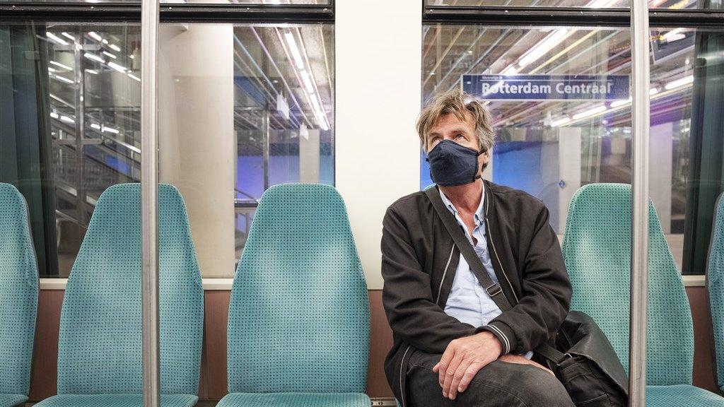 Als je met het OV naar je werk reist, moet je een mondkapje op.