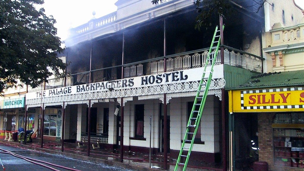 The Backpackers Palace Hostel in Childers, de ochtend na de brand.