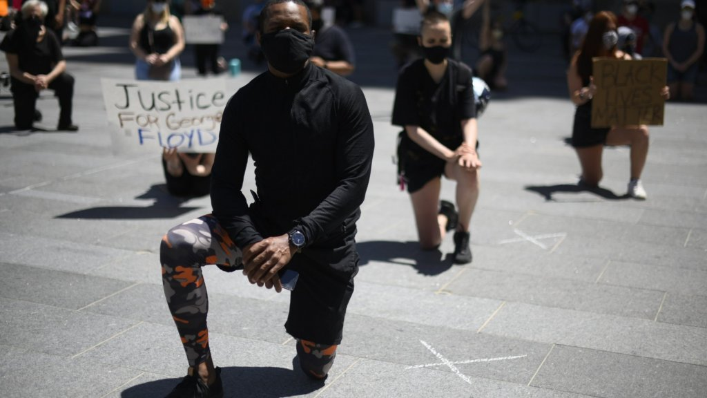 Demonstranten 'taking the knee' in Philadelphia.