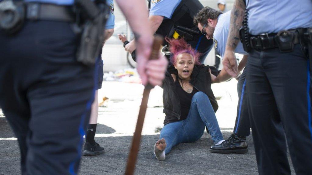 Politieagenten slepen een demonstrant weg tijdens rellen in Philadelphia