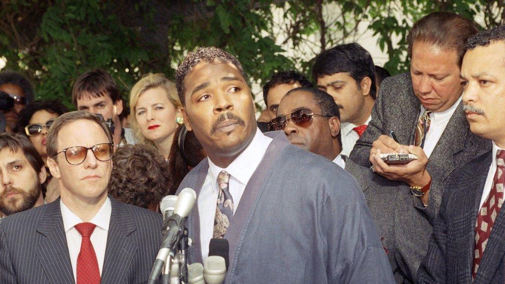 Rodney King overleefde zijn arrestatie. Hier spreekt hij de pers toe in 1992.