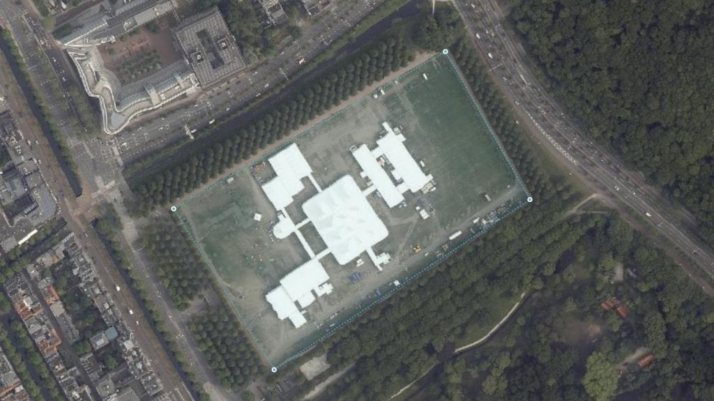 Het Malieveld in Den Haag. De tenten op de satellietfoto waren tijdelijk en staan er nu niet.