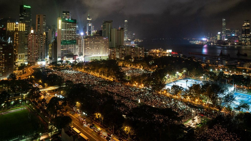 Een afgeladen vol Victoria Park vorig jaar. Naar schatting 180 duizend mensen kwamen er toen bijeen om met kaarsjes het Tiananmen-protest te herdenken.