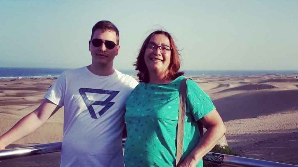 Karin en haar zoon tijdens een eerdere vakantie.