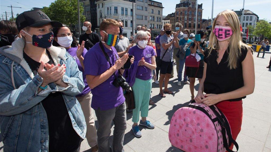 Selena Ali en dierenactivisten bij de rechtbank in Antwerpen.